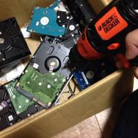 ドリルでハードディスク破壊