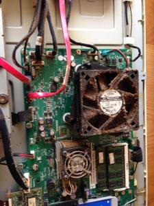 タバコのヤニやホコリで汚れてしまい、異音・高温・異常動作しているパソコンも…